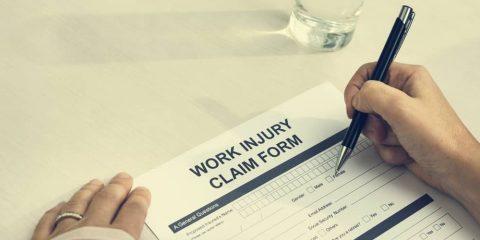 יד ממלאת טופס תאונת עבודה