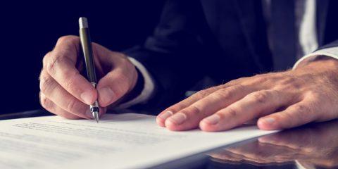 עורך דין כותב חוזה