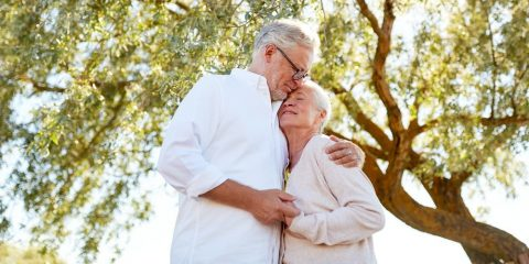 זוג מבוגר מחובק בטבע