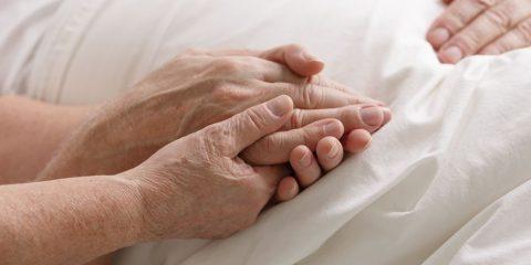 יד של אישה מבוגרת אוחזת ביד של איש מבוגר
