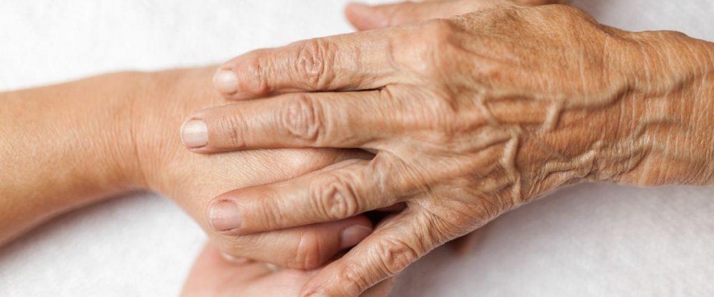 ידיים תומכות בידי אדם זקן