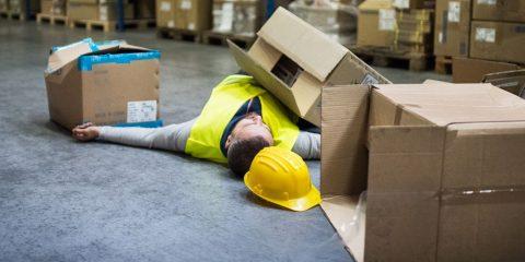 עובד שרוע על הרצפה לאחר תאונת עבודה