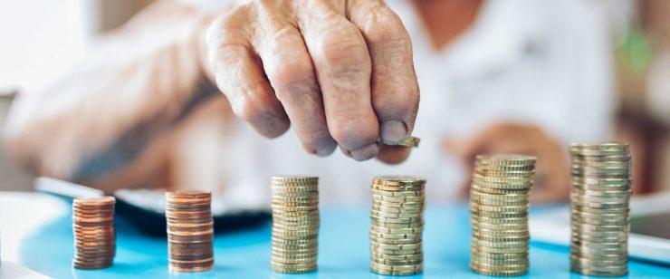 יד של אישה מבוגרת מסדרת מטבעות