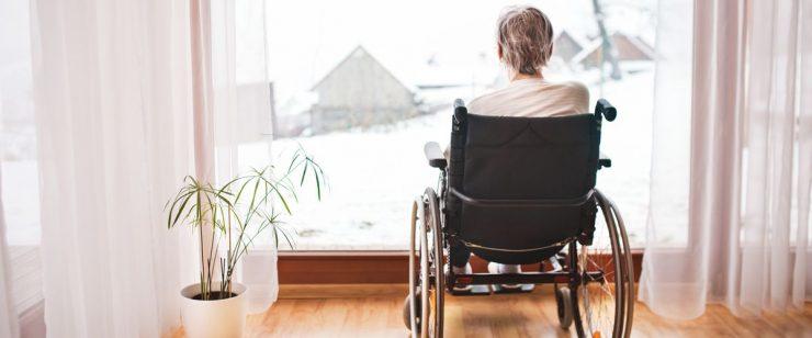 אישה יושבת על כיסא גלגלים