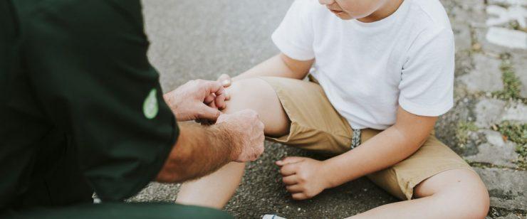 אדם חובש רגל של ילד