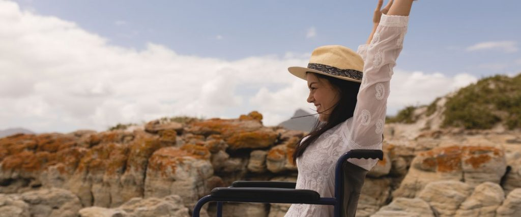 """אישה על כיסא גלגלים מאושרת בחו""""ל"""