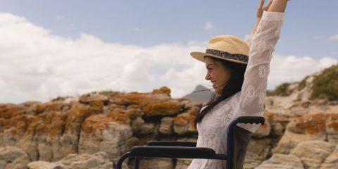 אישה על כיסא גלגלים מאושרת בחו