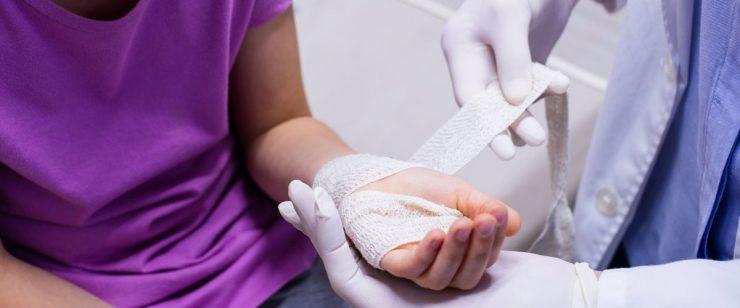רופא חובש יד של ילדה
